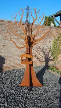 Baum aus Eisen. Metallbaum in Edelrost.  Außergewöhnliche Gartendekoration.