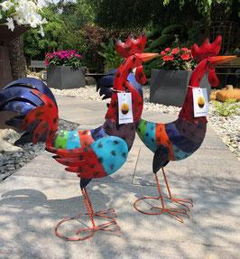 Hühnerfamilie aus Metall. Hahn und Huhn