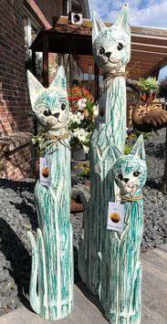 Drei große Katzen aus Holz. Dekoration für den Wohnbereich