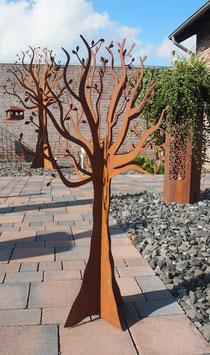 Baum aus Eisen. Metallbaum aus einem Stück. Außergewöhnliche Gartendekoration.