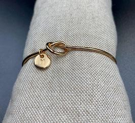 AE-02253 Bijoux cuff armband met knoop en letter M