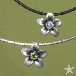Blüten Anhänger Anhänger, 1,4cm,  mit blauem Saphir oder grünem Turmalin , Silber