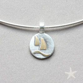 kleiner Anhänger mit Segelbooten, Silber und  Gold, rund