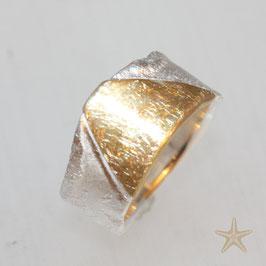 Breiter handgefertigter Unikat Ring, Silber mit Gold und strukturierter Oberfläche