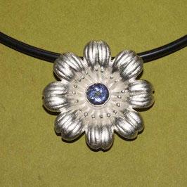 Blüten Anhänger mit blau/Lila Edelstein, 925 Silber