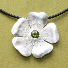 Blüten Anhänger Heckenrose mit Peridot