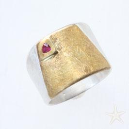 breiter, handgefertigter Unikat Ring mit Rubin, Silber mit Gold und strukturierter Oberfläche