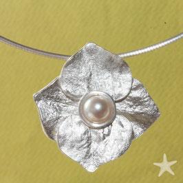 Hortensie Anhänger, 3cm,  Silber mit weißer Perle