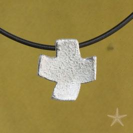kleiner, gleichschenklig, strukturierter Kreuzanhänger