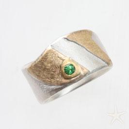 breiter, handgefertigter Unikat Ring mit Tsavorit, Silber mit Gold und strukturierter Oberfläche