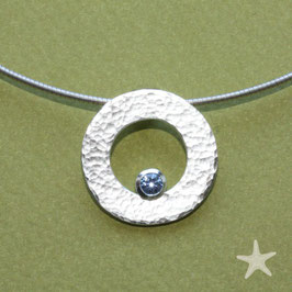 Safiranhänger, gehämmerte Silberscheibe mit Safir