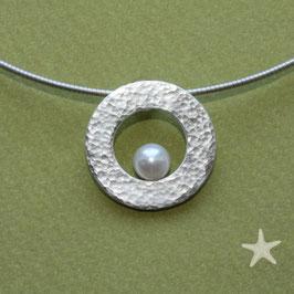 Perlanhänger, gehämmerte Scheibe mit Perle/ Silber