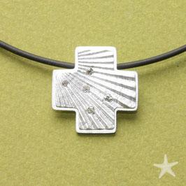 Kreuzanhänger mit Struktur der Jacobsmuschel und kleinen, funkelnden Diamanten