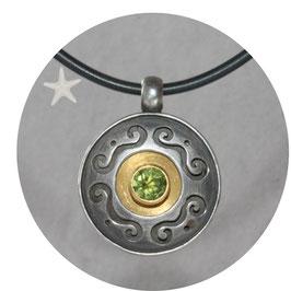 Unikat Anhänger mit Peridot mit Ornamenten, Silber geschwärzt, Gold