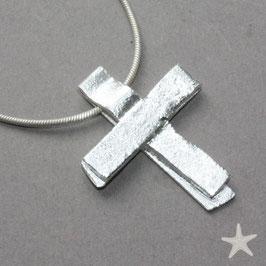 Kreuz aus Silberstreifen, strukturierte Oberfläche