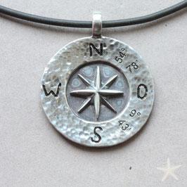 Kompassrose mit Koordinaten von Flensburg, gehämmerten Rand, 925 Silber