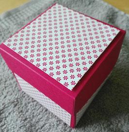 Herz-Badebomben in einer dekorativen Geschenkbox