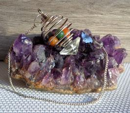 Cristal de roche et pierres chakras, pendule pyramide