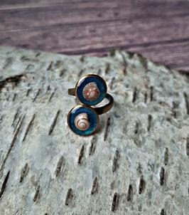 doppel Ring in Bronze mit echten Muscheln und Hintergrund in Glitzer-Blau