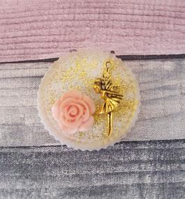 Ein Vintage-Magnet mit Fee, Blume und Glitzer