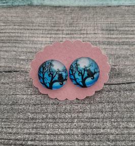 Cabochon-Ohrstecker Paar in Edelstahl mit einer Katze auf einem Baum und blauem Hintergrund, 14mm