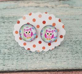Ein Paar Cabochon-Ohrstecker in Edelstahl mit einer Eule in pink