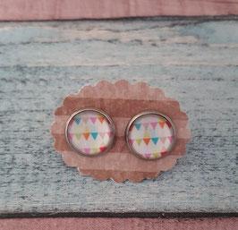 Ein Paar Cabochon-Ohrstecker in Edelstahl mit bunten Dreiecken