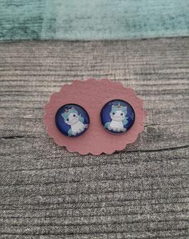 Cabochon-Ohrstecker Paar in Edelstahl mit einem Einhorn auf blauem Hintergrund, 12mm