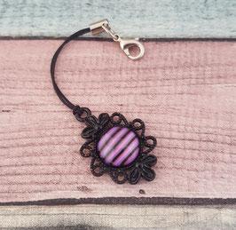 Schlüsselanhänger mit Band, in schwarz/lila gestreift