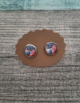 Cabochon-Ohrstecker Paar in Edelstahl mit einer Pusteblume in blau auf pinkem Hintergrund, 8mm