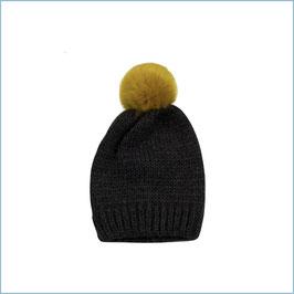Graue Strickmütze mit gelbem Bommel