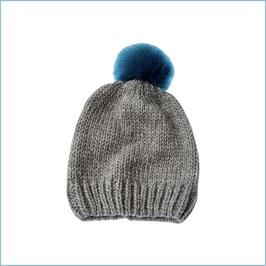 Graue Strickmütze mit blauem Bommel