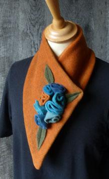 Col Echarpe Orange-  boutons de roses Bleus