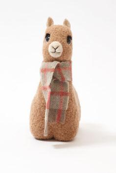 Woll-Alpaka-Kuscheltier mit buntem Schal