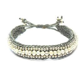 Macramé Flechtarmband grau / weiße Perlen