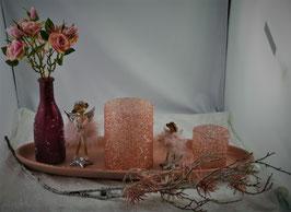 Schale mit Windlichter, Vase, Engel und Vase mit künstlichen Rosen