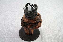 Windlicht aus Weinrebe auf Schieferrundling mit Ornamentstecker