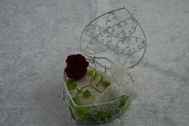 Herz aus Draht in weiß mit gefilztem Herz und konservierter Rose