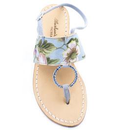 """Sandali infradito artigianali """"Antonia"""" con stampa """"giardino giapponese"""", colore azzurro polvere."""