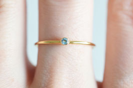 Mini Solitaire Ring mit Swiss Blue Topaz