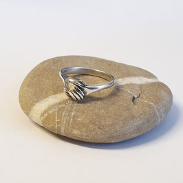 Zilveren ring met gesloten handen
