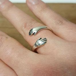 Zilveren Hugring / Knuffelring met twee handjes