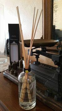 Diffuseurs d'ambiance au parfum naturel 80 % d'eau de parfum . Flacon en 250 ml ET en 100 ml