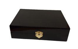Caja de madera en color negro 20.00 x 17.00 x 5.00 cm con grabado