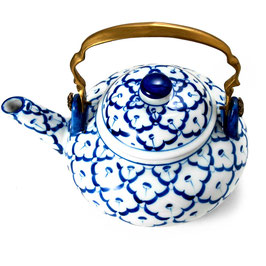 Thai Teekanne aus Porzellan mit blau weißem Muster mit Messinggriff
