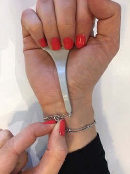 accroche bracelet gris
