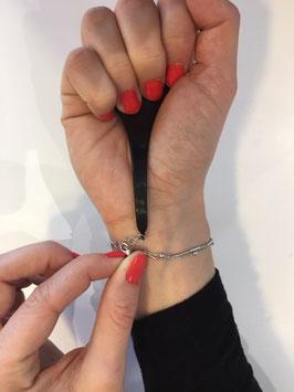 accroche bracelet noir