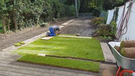 Sport- und Spielrasen plus Verlegung  € 15  pro Quadratmeter. Mit Bodenvorbereitung 22 Euro. Der erste Rasenschnitt führen wir kostenlos für Sie aus!