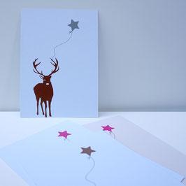 Weihnachtskarte mit frontalem Hirsch und Sternballon