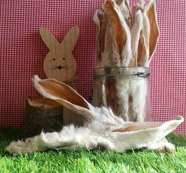 Kaninchenohren mit Fell aus kleiner deutscher Kaninchenzucht